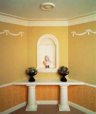 Лепниной можно спрятать коммуникационные элементы или красиво оформить нишу в стене.
