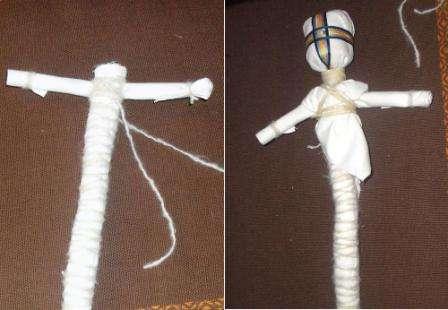 Пришло время приступить к изготовлению туловища. Для этого нужно взять два лоскутка ткани (для туловища и рук) и скатать из них две тугие трубочки.