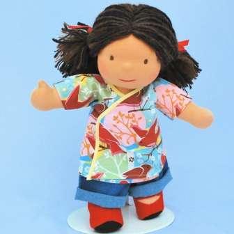 Детям от 2 до 5 лет вы можете пошить куклу, у которой уже есть полноценные ручки и ножки. В этом возрасте ребенок уже более явно оценивает окружающий мир и становится самостоятельным. Пошейте также много одежды для куклы. Одевание и раздевание игрушек влияет на развитие мелкой моторики.