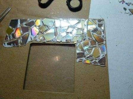 Не забывайте оставлять между кусочками мозаики небольшое расстояние – его мы потом заполним краской: