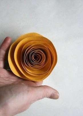 Слегка расправьте и распустите спиральный цветок перед приклейкой его к стеблю. Приклейте также листочки