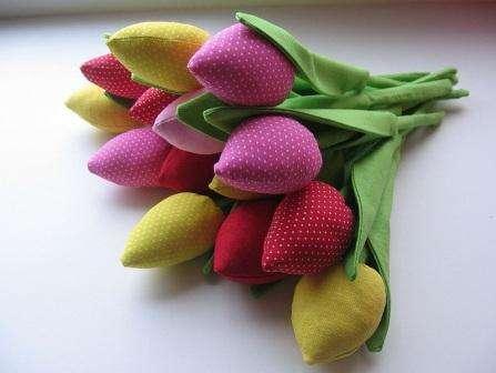 Сшейте по кругу бутон тюльпана, через маленькое отверстие возле основания цветка, выверните детальку налицо.