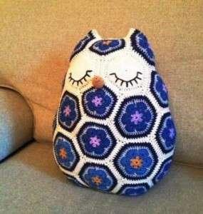 вязанная подушка сова