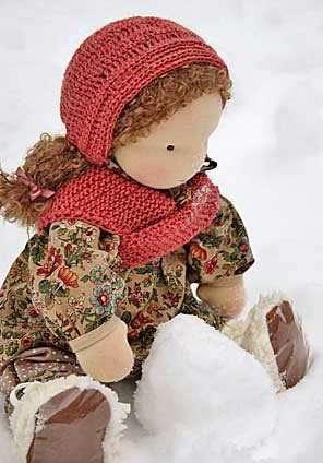 Материалы, из которых вы собираетесь пошить вальдорфскую куклу, обязательно должны быть натуральными. Для этого идеально подойдёт хлопок, шерсть или лен. В качестве набивки желательно использовать овечью шерсть, ведь основная особенность такой игрушки – натуральность.