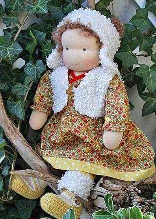 Перед тем как приступить к пошиву, подумайте о возрасте ребёнка, ведь принцип в вальдорфской педагогике состоит в том, чтобы игрушки не опережали развитие, а полностью соответствовали возврату. Если пропорции куклы будут пропорциональны телу малыша, то играя с такой куклой ребёнок получит полное представление о себе и в общем о человеке.