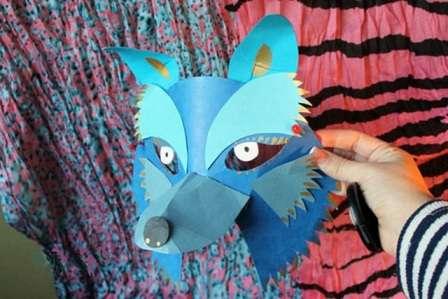 Вы можете попробовать сделать объёмные маски животных, используя картон и цветную бумагу.