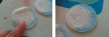 Рекомендуем сделать картонный каркас, так как на него будет легко приклеивать вату с помощью ПВА. Возьмите обычные акварельные краски, макайте кисточку в воду и в краску, а потом окрашенной водой смачивайте края ватных дисков.