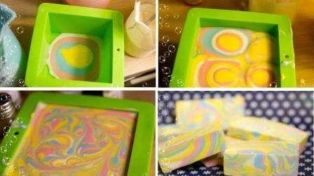 Выкладываем тонкими слоями. После этого берем спицу или твердую шпажку и опускаем её на дно формы и начинаем снизу вверх аккуратно рисовать наше мыло.