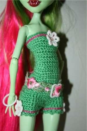 У вас получится верх вязаного платья для Монстр Хай. Теперь свяжите юбку столбиками с накидами и платье готово.
