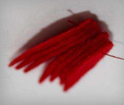 Теперь расправьте нанизанные на нитку лепестки, и прошейте их небольшим стежками, чтобы цветок получил определённую форму.