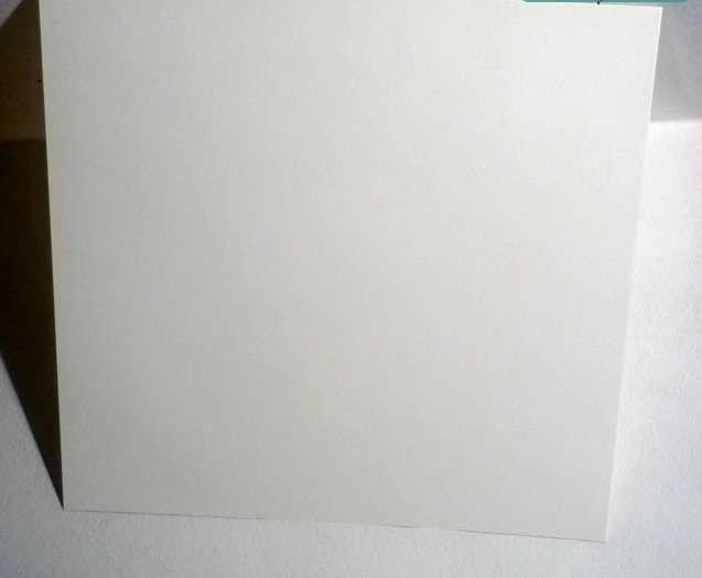 Сначала вам нужно будет подготовить лист белого картона и сделать из него конус. Так как лист прямоугольный, то вам придётся или заранее выровнять его до квадрата или просто подровнять края.