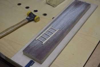 Теперь вставьте деревянные ступеньки.</p> <p> Все детали нужно будет обработать наждачкой, чтобы они получились гладкими. В итоге у вас должна получиться небольшая лесенка.» width=»350″ height=»234″/></p></div> </p> <h3>Смотрите видео: Ladder in a Bottle Trick</h3> <p><iframe data-src=