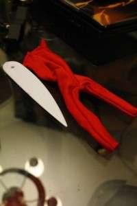 Выверните комбинезон и попробуйте его надеть на куклу Монстр Хай. Если вы шьёте одежду своими руками первый раз, то лучше возьмите трикотажный материал, который тянется. После того как наловчитесь и вымеряете точные размеры, можете переходить к работе с хлопчатобумажными тканями.