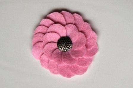 Цветок готов, осталось только приклеить булавку и использовать изделие для украшения одежды.