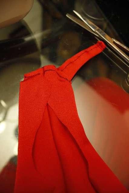После этого вам нужно будет соединить детали на спине и прошить, а также сшить штанины.