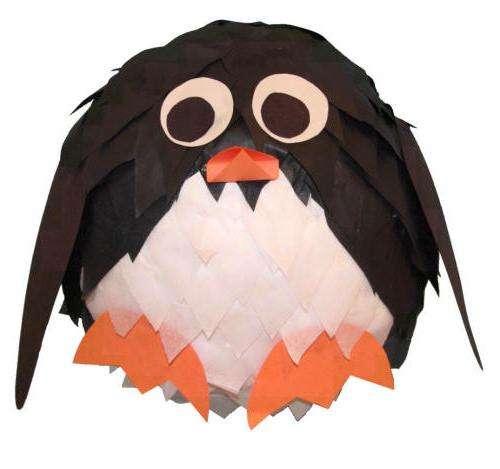 Как сделать пингвина из бумаги.</p> <p> Папье-маше. Мастер-класс» width=»500″ height=»469″/></p></div> </p> <p>Поделок на зимнюю тематику достаточно много, поэтому не стоит ограничиваться только елками и снежинками.</p> <p> <strong>Пингвин из папье-маше</strong> может стать оригинальным предметом декора, а также креативным подарок для близких людей.</p> <p> Пингвины живут в холоде, поэтому окружают их снега и льдины.</p> <p> Если вы проявите фантазию, то ваша поделка может превратиться в настоящую зимнюю композицию.</p> <h2>Пингвин из папье-маше</h2> <p>Надуйте воздушный шарик, лучше чтобы он получился круглой формы.</p> <p> Отдельно подготовьте куски газеты или ненужной бумаги.</p> <p> Их можно разорвать или разрезать на мелкие кусочки или полоски.</p> <p><div style=