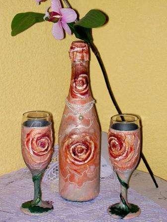 В технике декупаж легко оформить своими руками не только бокалы, но и свадебную бутылку шампанского. Для этого вам понадобятся красивые салфетки и клей ПВА.
