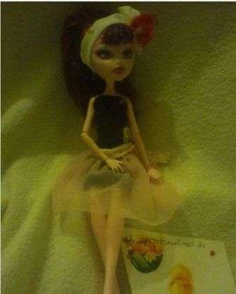Юбку наденьте сверху платья и праздничный наряд для куклы готов.