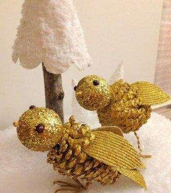 птички из шишек золотого цвета
