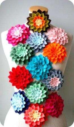 Георгины из фетра можно сделать не только по этому мастер-классу, но и использовать другие идеи. Готовые пышные цветы станут оригинальным украшением декоративных подушек, одежды, резинок или повязок для волос.