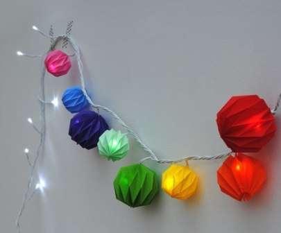 Новогодняя гирлянда из цветных фонариков