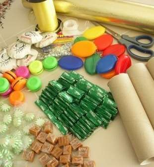 При желании между сладостями можно положить миниатюрные дополнительные подарочки в виде сувениров