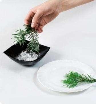 Еловые веточки слегка покройте клеем ПВА и притрусите их искусственным снегом или измельченным пенопластом.
