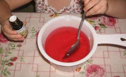 Самый оптимальный вариант – на 100 г мыльной основы положить 1/3 чайной ложки ароматического масла