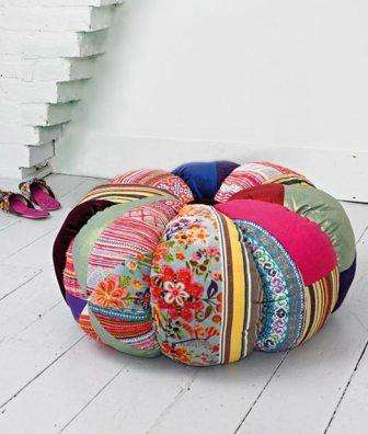 Подушка на пол из кусков ткани