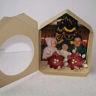 Приклеиваем в нижней внутренней части «домика с часами» два цветка, прямо на фотографию