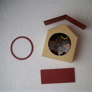 Собираем» наш домик – клеим крышу, дымоход, основание и круглый ободок «окошка»