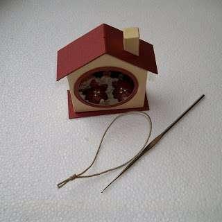 Для этого нужно на конце петельки завязать небольшой узелок, а саму петлю продеть в специально для этой цели