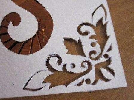 Для того, чтобы украсить получившуюся новогоднюю открытку, берем белый лист бумаги и рисуем на его уголке вот такой узор
