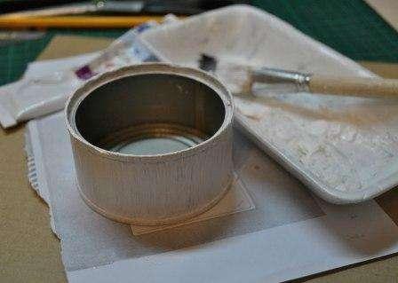 Начинаем нашу творческую работу над баночкой с того, что грунтуем её белой акриловой краской.