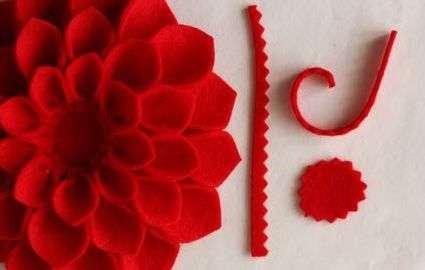 В самом центре нашего цветка должен остаться пустой круг диаметром около 2 см.