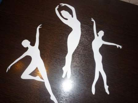 Надеваем на танцующую фигурку «пачку» - снежинка - балеринка готова!