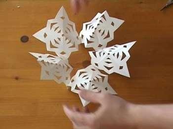 Вам понадобится вырезать 10 совершенно одинаковых снежинок! Задача не из легких
