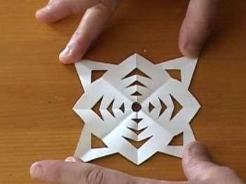 Теперь можно разложить треугольник и у нас получилась чудесная ажурная снежинка: