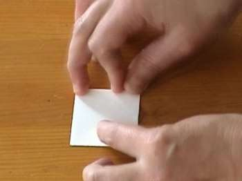 Получился маленький квадратик. Просто сложите его пополам по диагонали так, как показано на рисунке:
