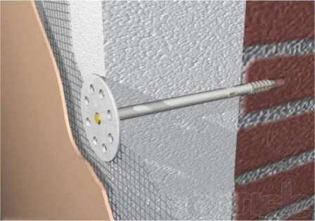 Приложите плиты из пенополистирола к стенам дома и закрепите их там при помощи «грибочков»;