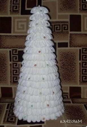 Склейте картон при помощи клея и дождитесь высыхания.</p> <p> Чтобы каркас получится более прочным, приклейте с внутренней стороны основания полоску картона или тесьму. Так как ватные диски белого цвета, то корпус лучше покрасить белой краской, чтобы не было видно полос от картона.» width=»307″ height=»448″/></p></div> </p> <p>Когда каркас готов, можно приступить к приклеиванию «иголочек». Начинайте ватные диски клеить снизу по кругу до самого верха.</p> <p> Елку можете задекорировать на свой вкус, например, бусинами или блёстками.</p> <p><div style=