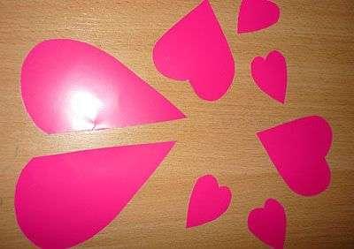 Сначала подготовьте детали в форме маленьких и больших сердечек.</p> <p> Часть из них вы будете использовать для тела мышки, а другую часть – для ушек и мордочки. У вас должно получиться два маленьких сердца для ушек, одно среднее будет выполнять роль подставки, а половинка большого – тельце.» width=»400″ height=»282″/></p></div> </p> <p>Все детали склейте между собой.</p> <p> После этого нарисуйте мордочку и подарите такую мышку любимому человеку.</p> <p><div style=