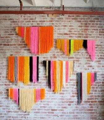 Шаг 3: После того как развесили все нитки, ждем высыхания клея. После чего подрезаем нити диагонально. Фантазируйте и выбирайте свой рисунок, последовательность цветов, способ подрезания.