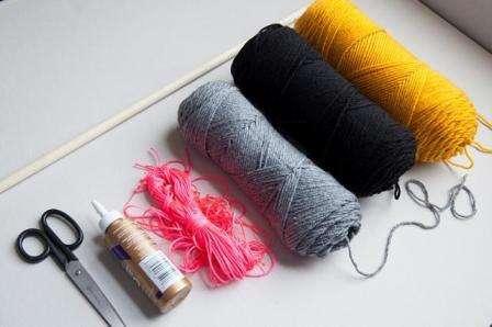 Необходимые материалы: - палочка деревянная 90 и 120 см; - разноцветные нити;