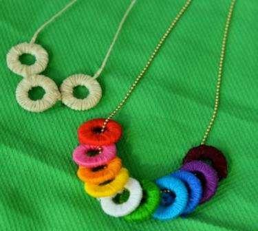 Как вариант, можно заменить цепочку, соединив кольца нитью, которой они обматывались. Выполняется это так: в 1-м кольце нить после обматывания не обрезается, а продевается во 2-е колечко и обматывается вокруг него несколько раз, делается в конце узелок.