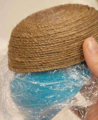 Шаг 5: Конец нити нужно закрепить. После чего приступаем к обильному промазыванию клеем получившейся формы из нитей. Оставляем на время работу, пока клей полностью не высохнет.