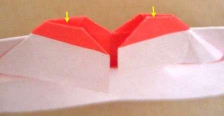 После этого вам нужно распрямить края, как показано на фото.