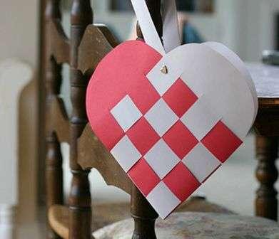 Осталось только продевать поочерёдно полоски бумаги, чтобы получилось красивое сердечко.