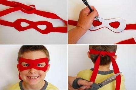После этого переносите шаблон маски на ткань. Лучше всего использовать фетр, так как у данного материала не нужно обрабатывать края. Сначала вырезайте контур маски, а затем отверстия для глаз.