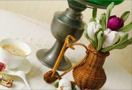крокусы в плетеной вазе